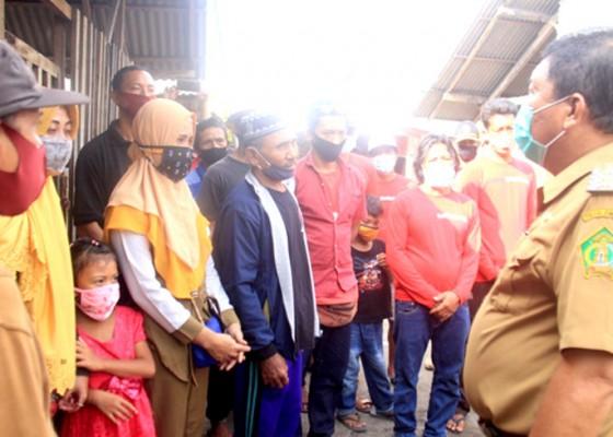 Nusabali.com - pandemi-covid-19-bupati-artha-serahkan-bantuan-440-ekor-kambing