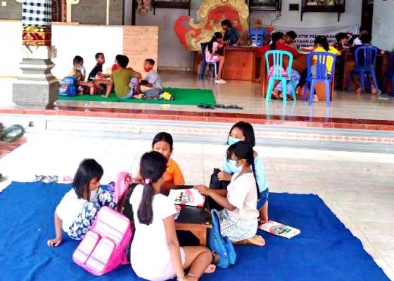 Nusabali.com - dukung-anak-didik-saat-pandemi-desa-cepaka-belajar-di-balai-banjar