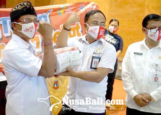 Nusabali.com - sekda-karangasem-bagikan-55000-masker