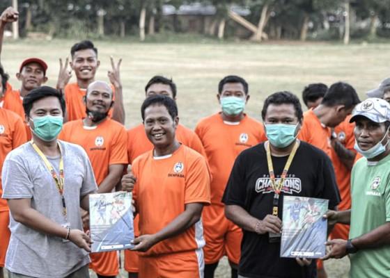Nusabali.com - bali-united-bagikan-buku-kepelatihan