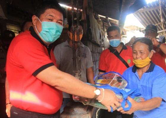 Nusabali.com - jumat-berbagi-bupati-artha-bantu-warga-korban-bencana