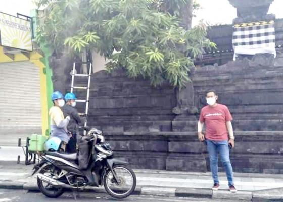 Nusabali.com - lagi-petugas-lpm-bersihkan-kabel-melintang-di-jalan