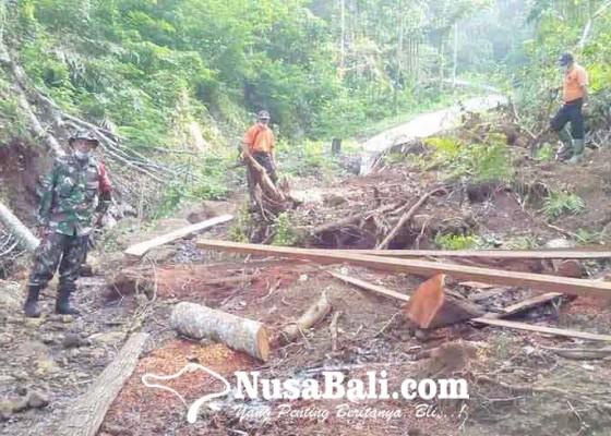 Nusabali.com - terkikis-air-lantai-rumah-ambles
