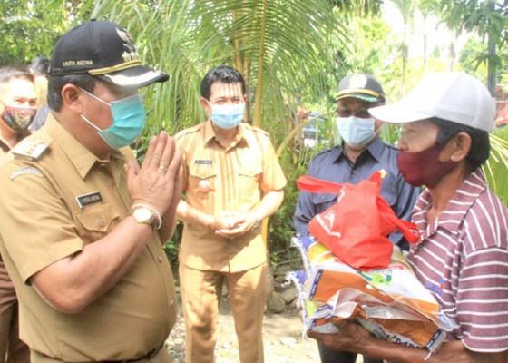Nusabali.com - bupati-serahkan-8567-paket-sembako-di-kecamatan-negara