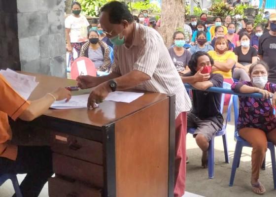 Nusabali.com - pengantri-bst-xi-masih-berkerumun
