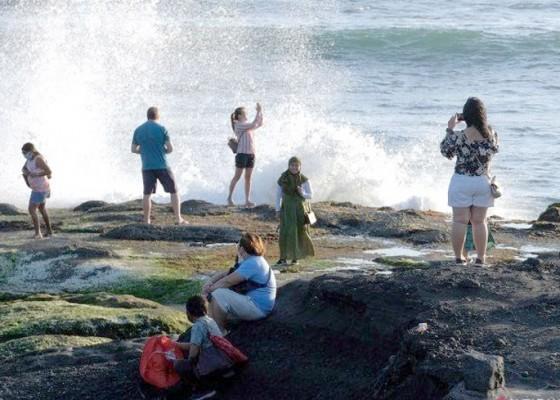 Nusabali.com - libur-akhir-tahun-pengelola-dtw-tanah-lot-target-pengunjung-2000-orang-per-hari