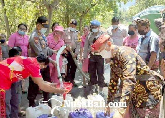 Nusabali.com - polsek-kubu-bagikan-10000-liter-air