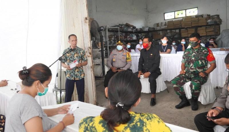 www.nusabali.com-kpu-badung-libatkan-72-relawan-lipat-suara-suara
