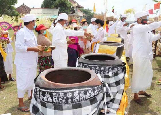 Nusabali.com - badung-gelar-upacara-pamahayu-jagat-lan-mapakelem-di-pantai-seseh