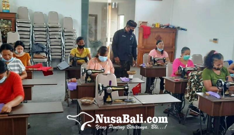 www.nusabali.com-warga-prasejahtera-di-batuan-dilatih-keterampilan-menjahit