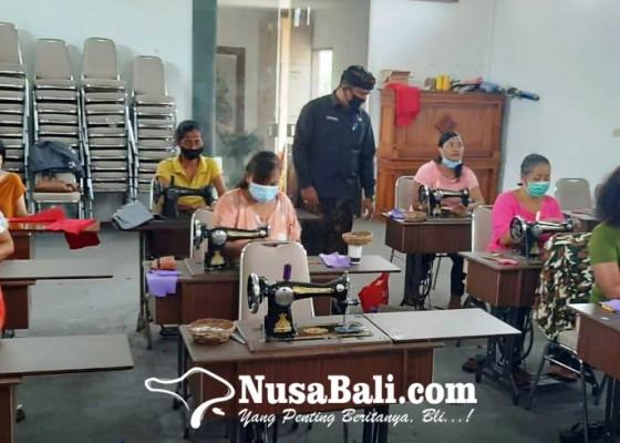 Nusabali.com - warga-prasejahtera-di-batuan-dilatih-keterampilan-menjahit