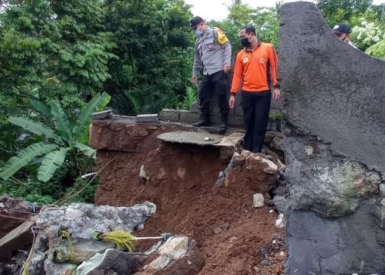 Nusabali.com - senderan-merajan-ambruk-kerugian-rp-100-juta
