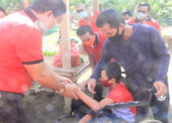 Nusabali.com - jumat-peduli-bupati-artha-serahkan-bantuan-ke-disabilitas