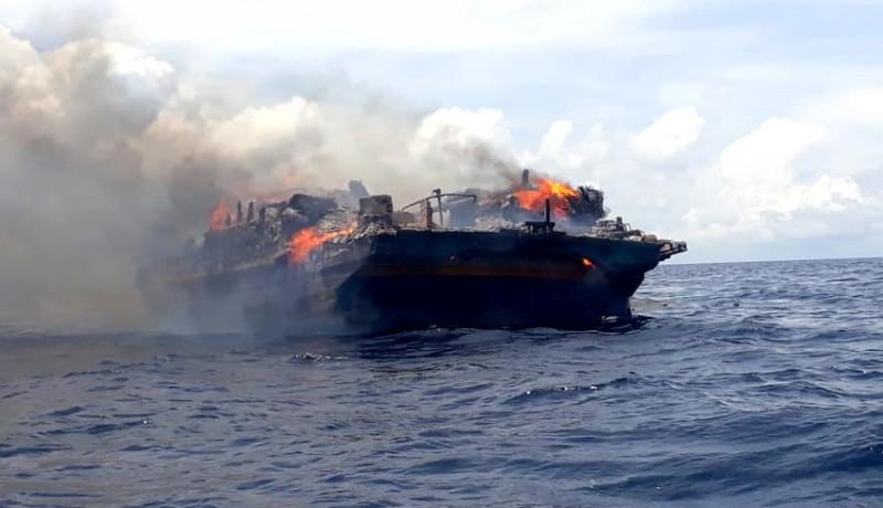 www.nusabali.com-kapal-terbakar-di-perairan-buleleng-9-abk-selamat