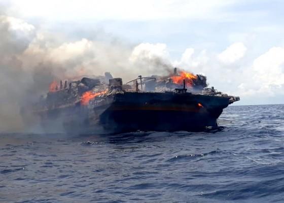 Nusabali.com - kapal-terbakar-di-perairan-buleleng-9-abk-selamat