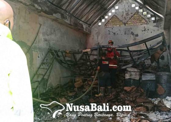 Nusabali.com - hari-pertama-dibuka-pabrik-lilin-terbakar