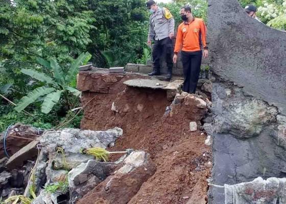 Nusabali.com - diguyur-hujan-deras-senderan-merajan-ambruk