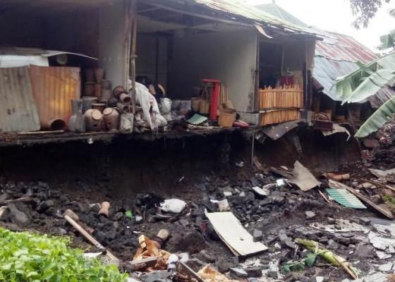 Nusabali.com - pagar-tembok-ambruk-seorang-karyawan-tewas