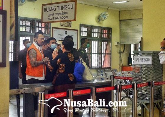 Nusabali.com - dengan-tangan-diborgol-jerinx-peluk-nora-yang-menunggu-di-lapas-kerobokan
