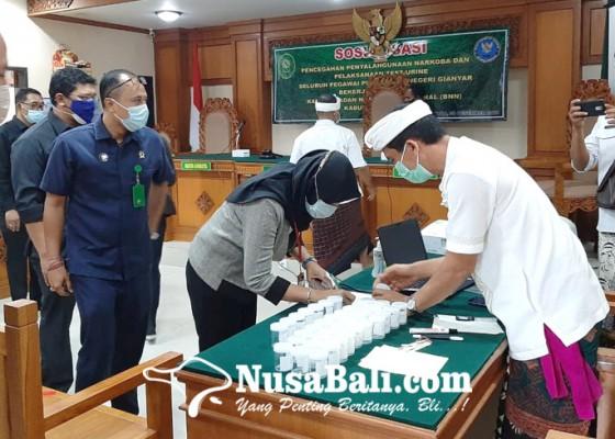 Nusabali.com - pegawai-pn-gianyar-dites-urine-4-berhalangan