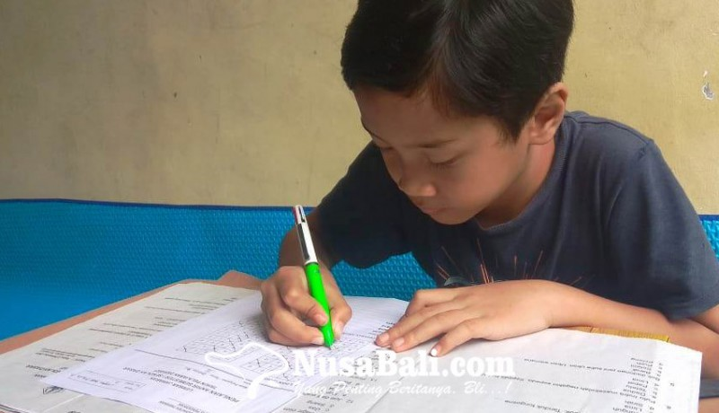 www.nusabali.com-siswa-sd-kerjakan-ulangan-di-rumah-orangtua-ambil-soal-ke-sekolah