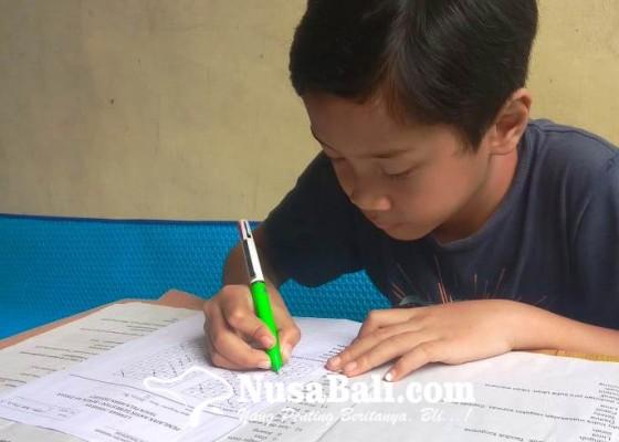 Nusabali.com - siswa-sd-kerjakan-ulangan-di-rumah-orangtua-ambil-soal-ke-sekolah