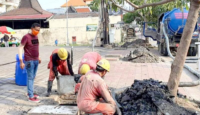 www.nusabali.com-rawan-terjadi-genangan-di-musim-hujan-sejumlah-drainase-di-kuta-dibersihkan
