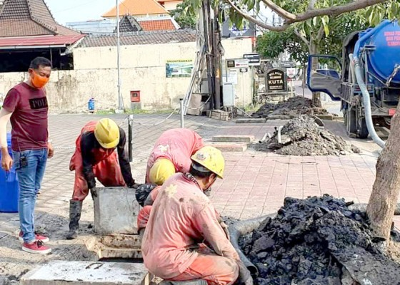 Nusabali.com - rawan-terjadi-genangan-di-musim-hujan-sejumlah-drainase-di-kuta-dibersihkan