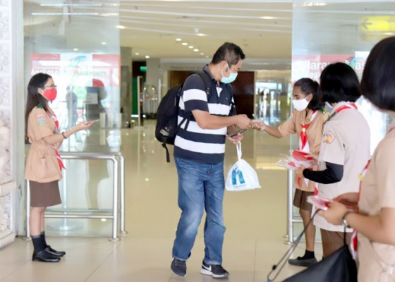 Nusabali.com - gandeng-ap-i-pramuka-bali-bagikan-ribuan-masker-di-bandara-ngurah-rai