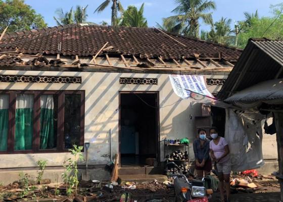Nusabali.com - atap-puluhan-rumah-warga-rusak
