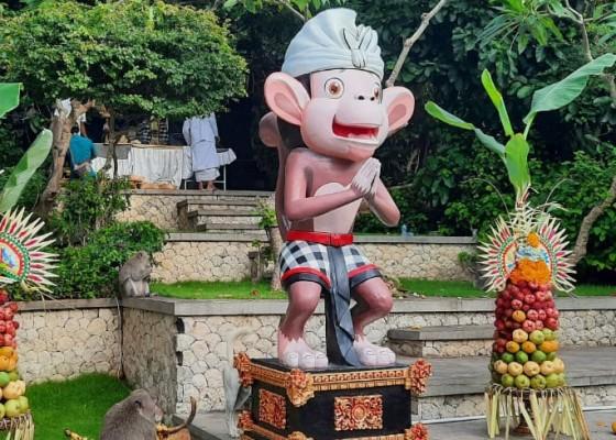 Nusabali.com - tumpek-kandang-ratusan-monyet-di-uluwatu-disuguhi-buah-segar