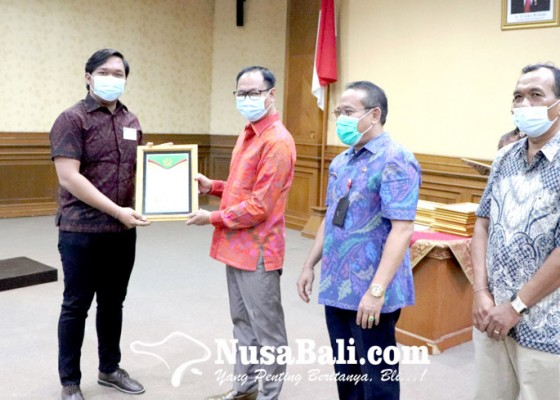 Nusabali.com - badung-serahkan-penghargaan-kepada-41-perusahaan