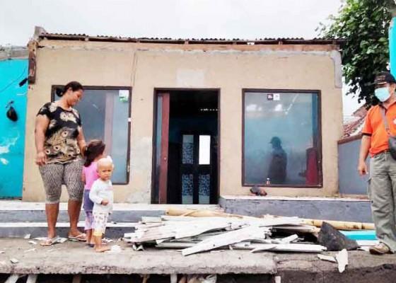 Nusabali.com - puting-beliung-terjang-enam-rumah-di-pemuteran-dan-kubutambahan
