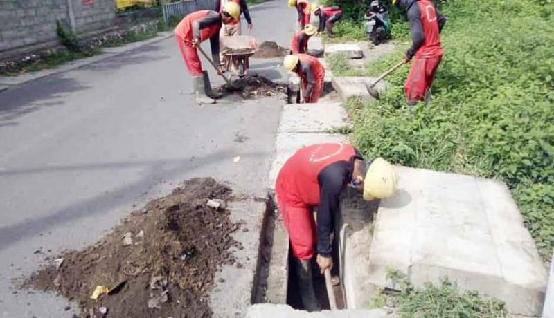 www.nusabali.com-antisipasi-banjir-saluran-air-di-kelan-dibersihkan