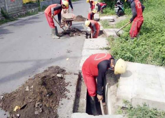Nusabali.com - antisipasi-banjir-saluran-air-di-kelan-dibersihkan