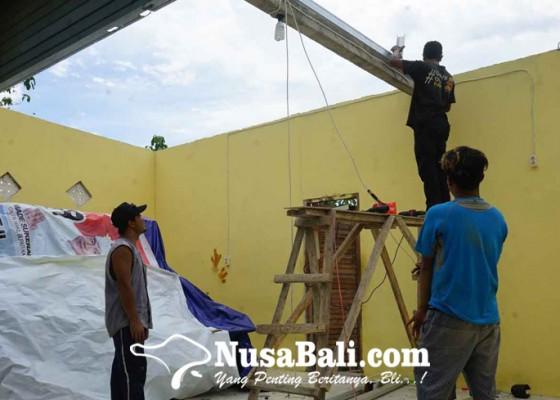 Nusabali.com - 23-rumah-di-seraya-tengah-diterjang-puting-beliung
