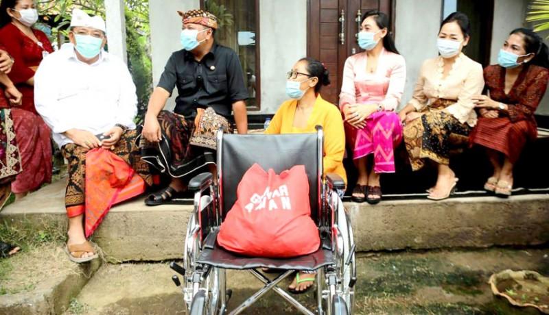 www.nusabali.com-bupati-mahayastra-serahkan-kursi-roda