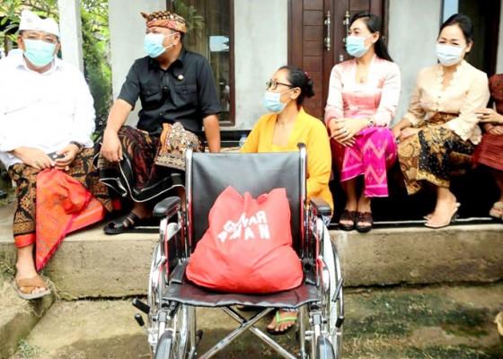 Nusabali.com - bupati-mahayastra-serahkan-kursi-roda