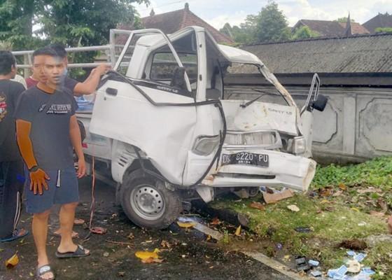 Nusabali.com - diduga-mengantuk-pick-up-tabrak-lampu-taman