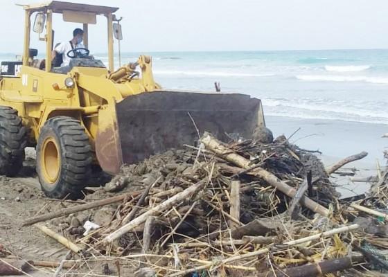 Nusabali.com - dua-hari-diguyur-hujan-sampah-pantai-membeludak