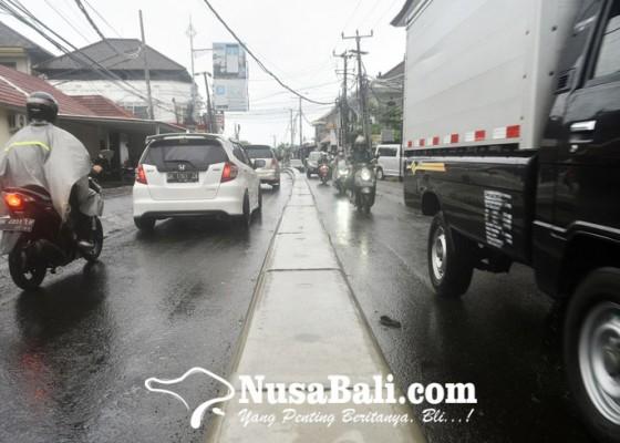 Nusabali.com - separator-di-jalan-tangkuban-perahu-diprotes