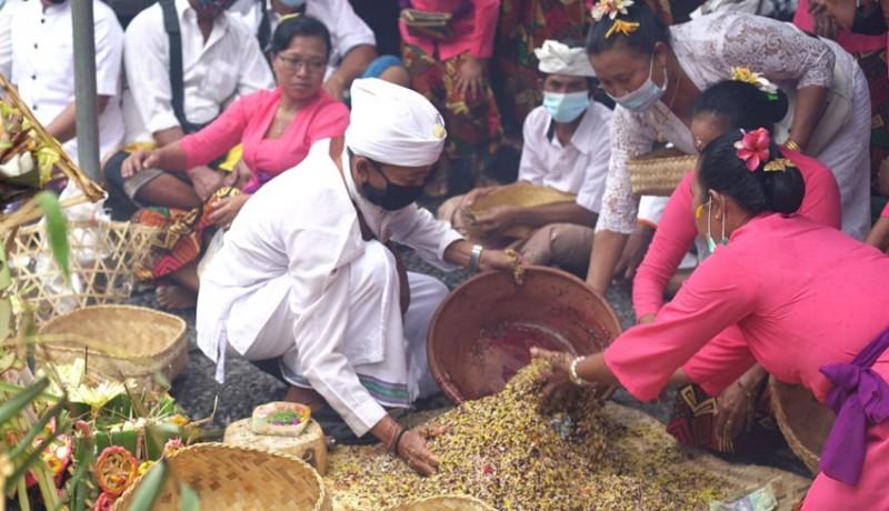 www.nusabali.com-upacara-bumi-sudha-di-pura-watu-klotok