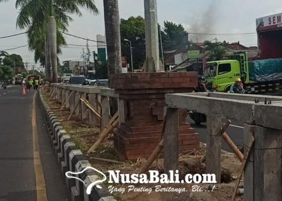 Nusabali.com - percantik-median-jalan-dinas-lhk-tanam-bunga-dan-pohon-perindang