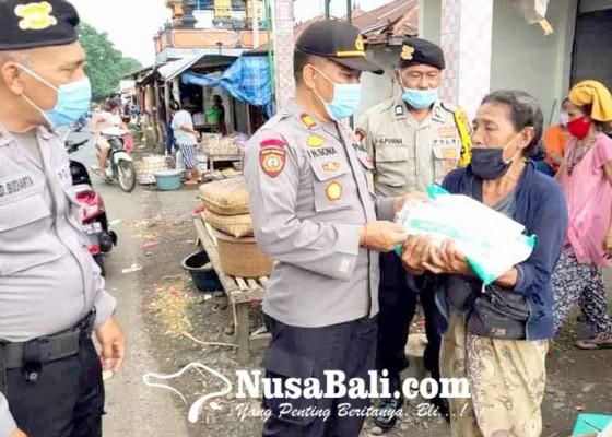 Nusabali.com - kapolsek-kubu-bagikan-paket-sembako