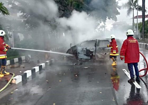 Nusabali.com - mobil-pelajar-lepas-jalur-tabrak-pohon-lalu-terbakar