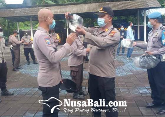 Nusabali.com - polsek-abang-bagikan-face-shield