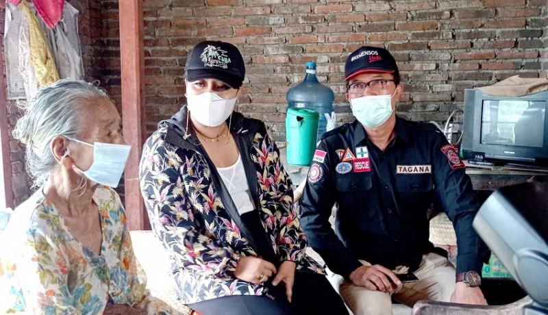 www.nusabali.com-bupati-eka-bantu-warga-lumpuh-dan-lansia-yang-tinggal-berdua
