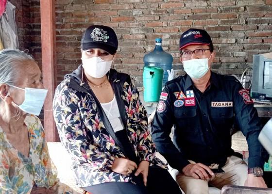 Nusabali.com - bupati-eka-bantu-warga-lumpuh-dan-lansia-yang-tinggal-berdua