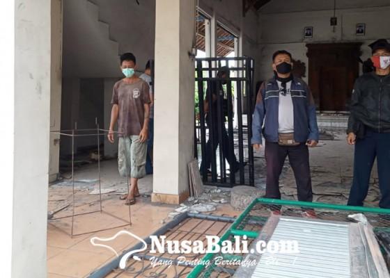 Nusabali.com - bale-banjar-rusak-dibongkar-warganya-kelian-lapor-polisi