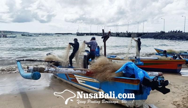 www.nusabali.com-nelayan-tetap-melaut-meski-gelombang-tinggi